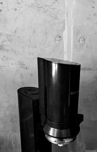 Betonoptik Wand und schwarze Kaffeemaschine