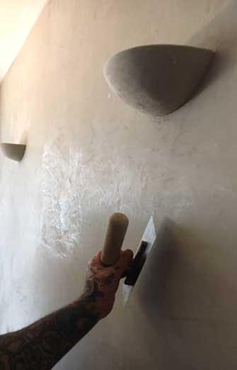Arbeiter beim Glätten von Marmorputz