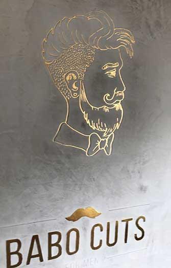 Graue Marmorwand mit Goldenem Männergesicht skizziert