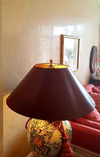 Glanzputz gelb mit Tischlampe
