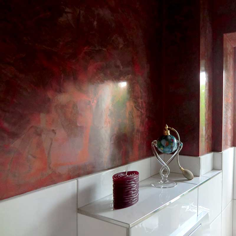 Rotes Stucco in der Toilette
