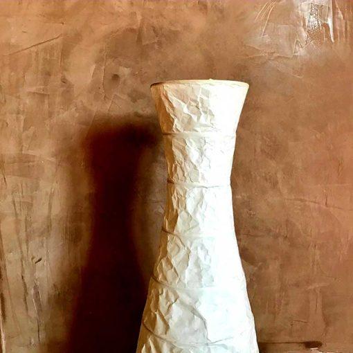 braune marmorwand mit Dekoleuchte weiss